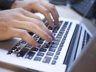usuario haciendo un pedido online